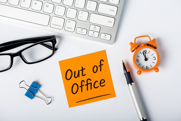 "Notizzettel mit Aufschrift ""Out of Office"""